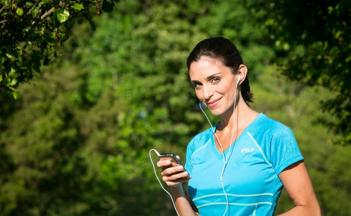 lifestyle photography- healthy runner listening to iphone with earphones in charlotte